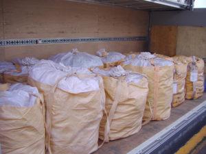 トラックで輸送されるフレコンバッグ