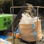 竹を粉砕する機械にセット