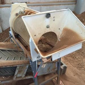 堆肥を粉砕機で細かく粉砕