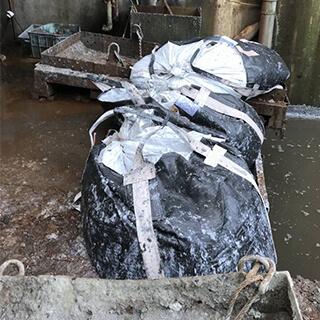 汚泥を入れたフレコンバッグ